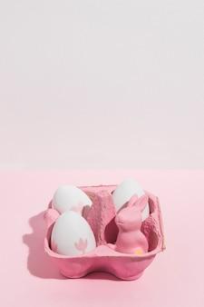 Ovos de páscoa com coelho pequeno em rack