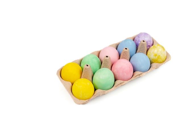 Ovos de páscoa com corante natural em bandeja de papelão, isolados em uma superfície branca