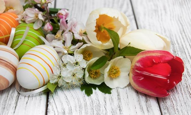 Ovos de páscoa com flor