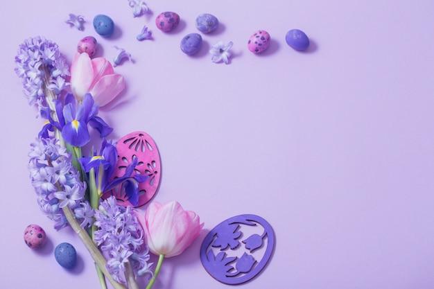 Ovos de páscoa com flores da primavera