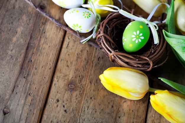 Ovos de páscoa com flores de tulipa amarela