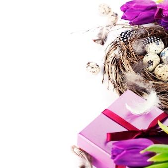 Ovos de páscoa com flores e presentes de tulipa roxa