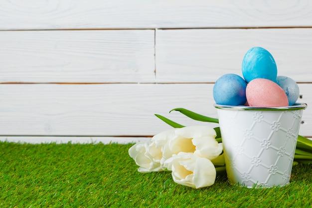 Ovos de páscoa com flores na grama verde