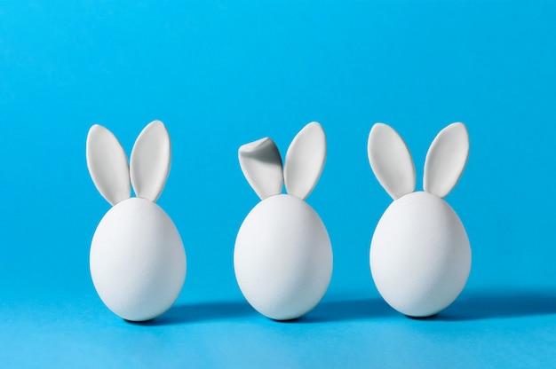 Ovos de páscoa com orelhas de coelho. cartão criativo.