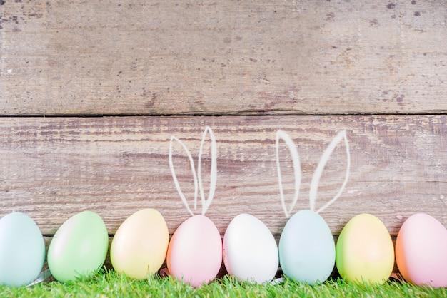 Ovos de páscoa com orelhas de coelho desenhadas