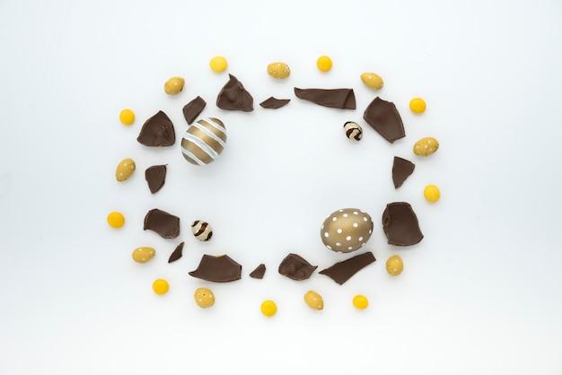 Ovos de páscoa com pedaços de chocolate na mesa