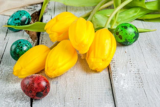 Ovos de páscoa com tulipas