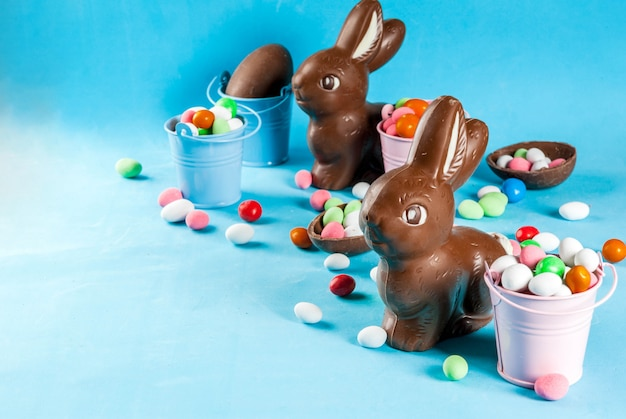 Ovos de páscoa de chocolate, coelho e doces