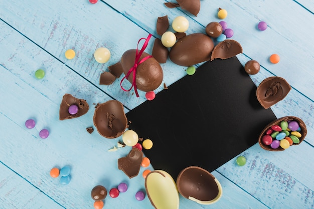 Ovos de páscoa de chocolate e cartão de papel