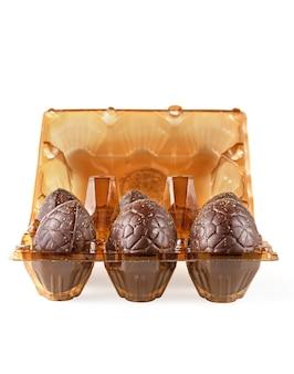 Ovos de páscoa de chocolate em uma bandeja, isolados.