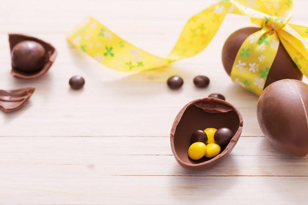 Ovos de páscoa de chocolate sobre a mesa de madeira