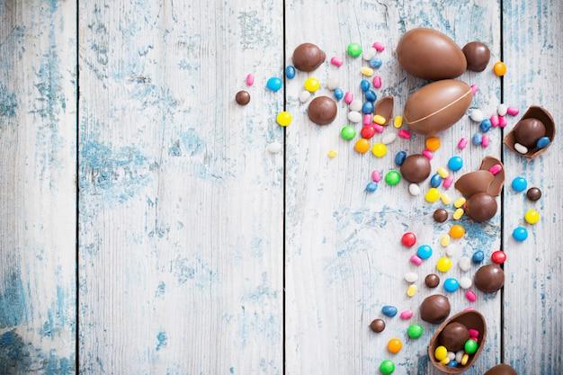 Ovos de páscoa de chocolate sobre fundo de madeira