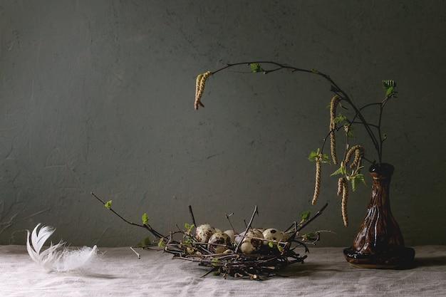 Ovos de páscoa de codorna no ninho
