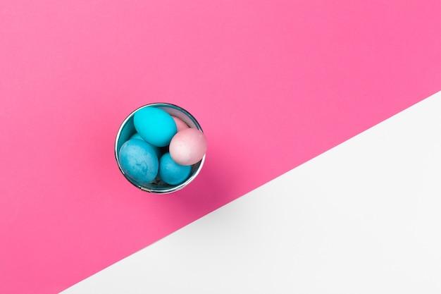 Ovos de páscoa de cor doce sobre papel brilhante