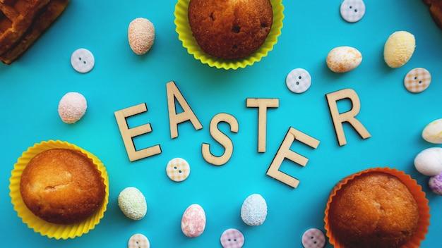 Ovos de páscoa de decoração em fundo azul. camada plana, vista superior. bandeira do conceito de páscoa. texto de páscoa