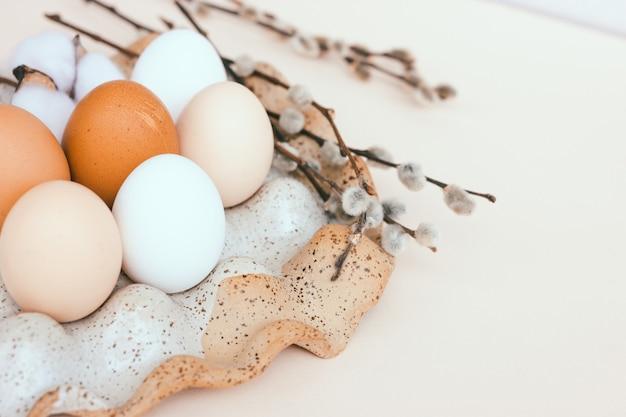 Ovos de páscoa de galinha sem pintura em um porta-ovos de cerâmica.