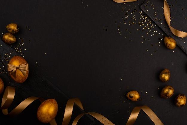 Ovos de páscoa de luxo dourado e moldura de composição de fita