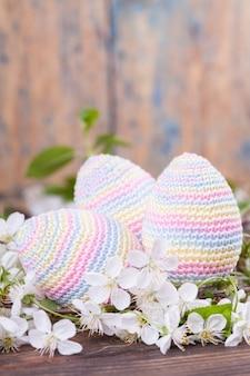 Ovos de páscoa de malha. cartão de primavera. conceito de páscoa brinquedo de malha, feito à mão, bordado, amigurumi.