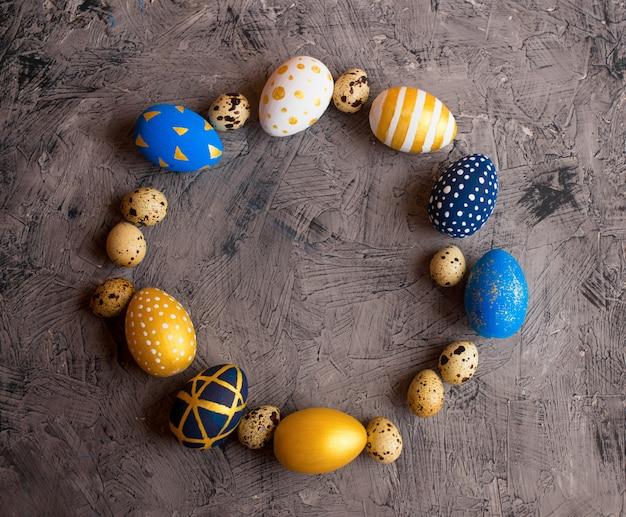 Ovos de páscoa de ouro e branco com ovos de codorna