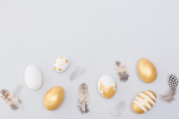 Ovos de páscoa decoração dourada com penas