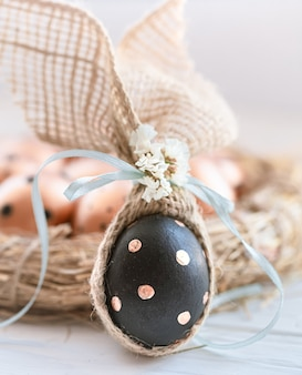 Ovos de páscoa decorados em preto com padrão dourado