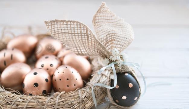 Ovos de páscoa decorados em preto com padrão.