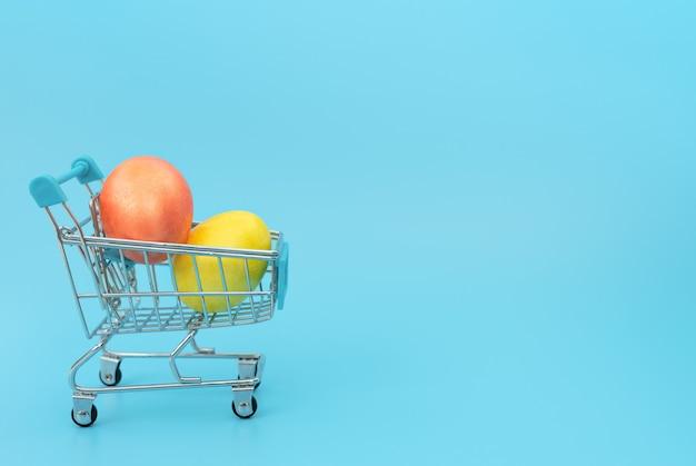 Ovos de páscoa decorados no carrinho de compras em azul