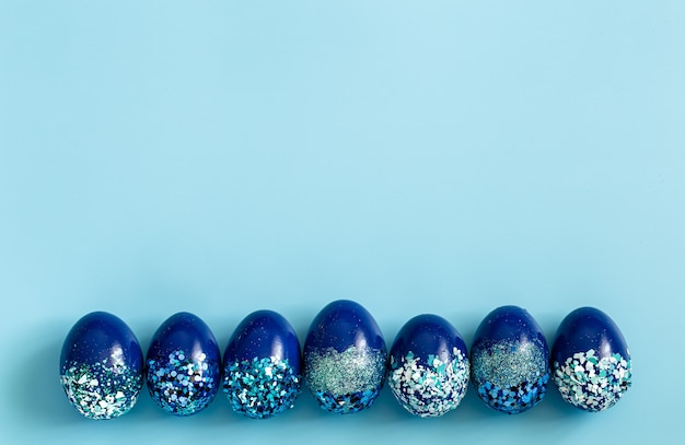 Ovos de páscoa decorativos azuis bonitos.
