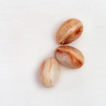 Ovos de páscoa decorativos em ônix de pedra preciosa, conceito de primavera natalina