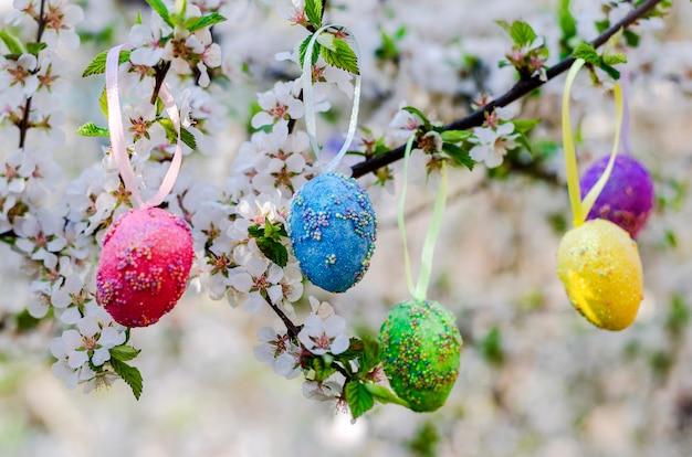 Ovos de páscoa decorativos em uma árvore florida