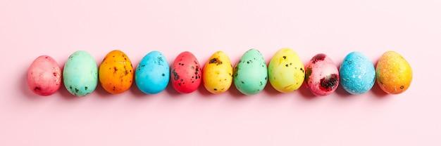 Ovos de páscoa decorativos na tabela de cores.