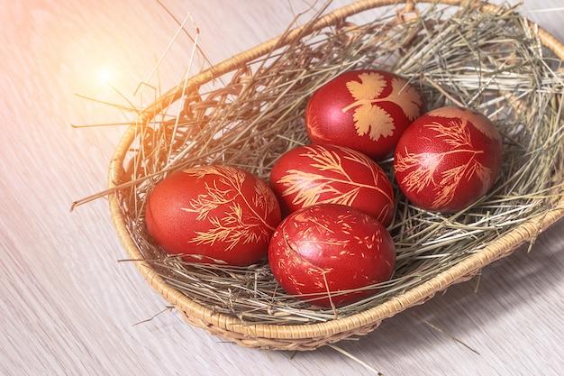 Ovos de páscoa deitado na cesta de madeira de vime