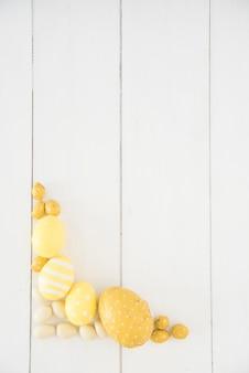Ovos de páscoa diferentes na mesa de madeira
