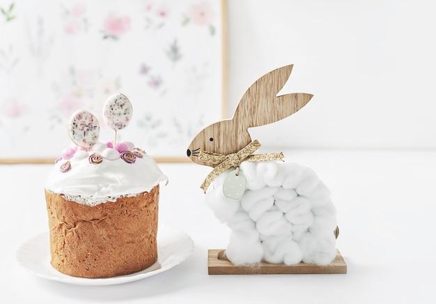 Ovos de páscoa doce caseiro cupcake, coelho e codorna. cartão de felicitações. comida festiva. mesa com guloseimas. bolos e sobremesas caseiras