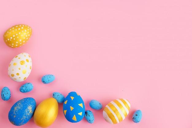 Ovos de páscoa dourados e azuis
