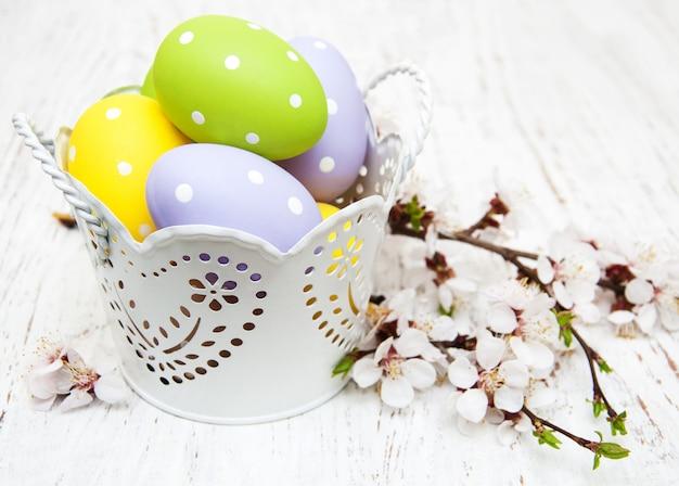 Ovos de páscoa e cerejas em flor