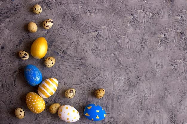Ovos de páscoa e codorna ovos de ouro e azuis