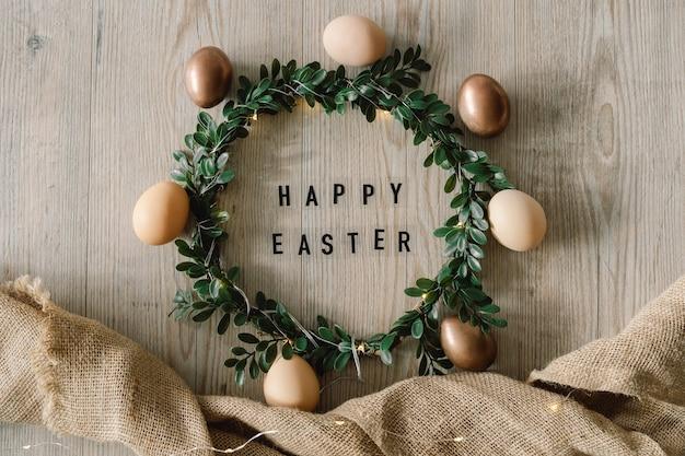 Ovos de páscoa e coroa verde