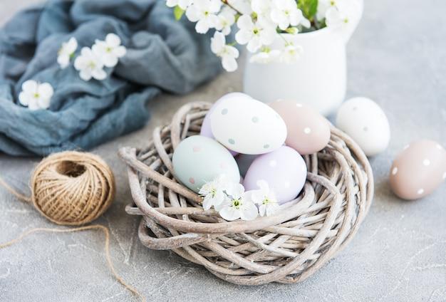 Ovos de páscoa e flor de cerejeira primavera
