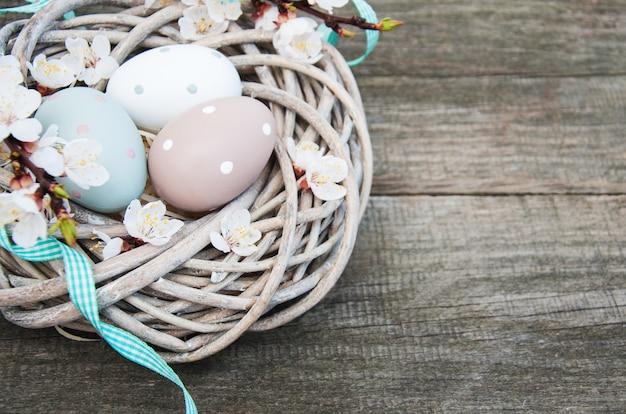 Ovos de páscoa e flor de primavera