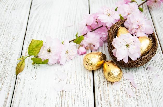 Ovos de páscoa e flor de sakura