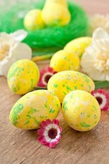 Ovos de páscoa e flores
