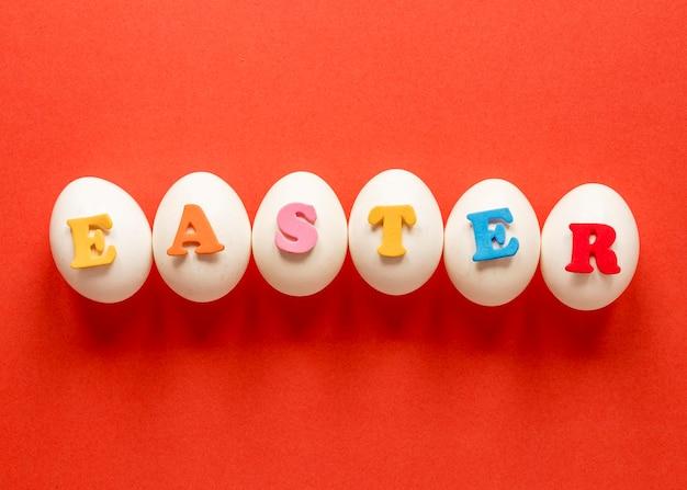 Ovos de páscoa e letras coloridas