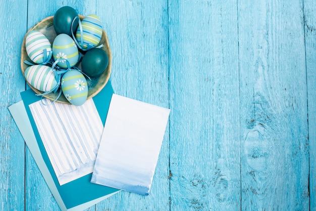 Ovos de páscoa e papéis
