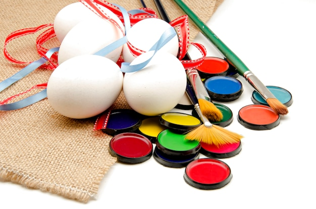 Ovos de páscoa e tintas para decorar
