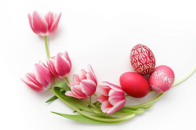 Ovos de páscoa e tulipas isolados