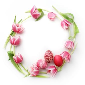 Ovos de páscoa e tulipas na horizontal