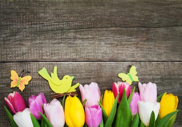 Ovos de páscoa e tulipas