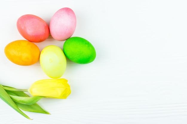 Ovos de páscoa e uma flor