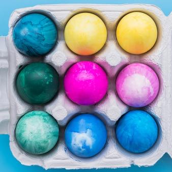 Ovos de páscoa em caixa de papelão